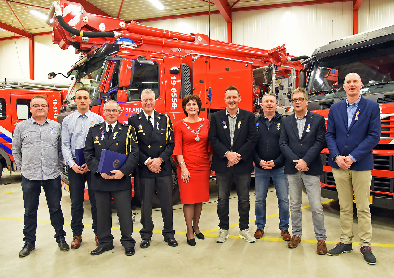 Lintjes voor de brandweer:  V.l.n.r. Marc Cauwels, Ivo de Gijsel, Marc Verheije, Walter Tournois, burgemeester Marga Vermue, Alex Vercruysse, Henk Steenbergen Ronald Pijcke en Peter Tresonie.