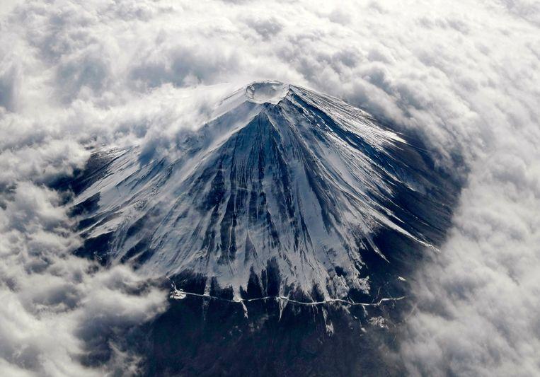 Een Belgisch team van wetenschappers van de UGent, de Belgische Geologische Dienst (onderdeel van het Koninklijk Belgisch Instituut voor Natuurwetenschappen in Brussel) en de universiteit van Luik heeft samen met Japanse collega's als allereerste mogen boren in de heilige meren rond Mount Fuji in Japan.