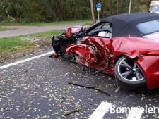 Auto botst tegen boom na inhaalactie in Alem