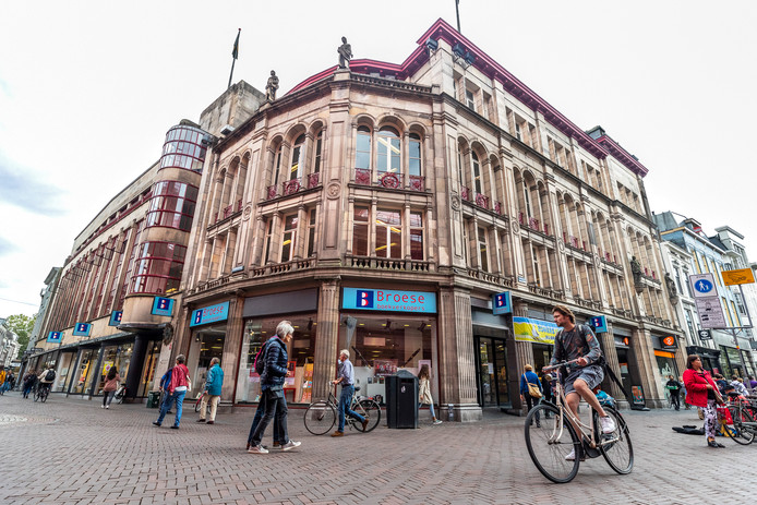 Het monumentale pand aan de Stadhuisbrug kan volgens de VVD in de verkoop.