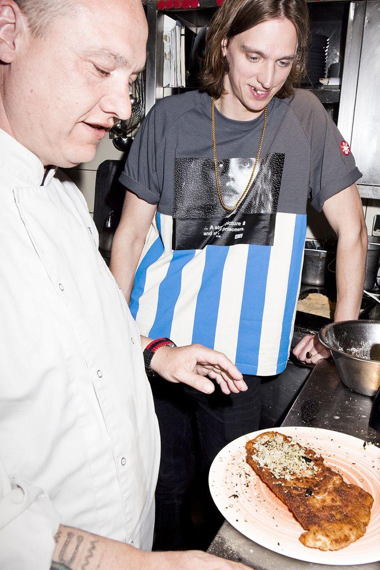 Pepijn Lanen in de keuken met Bert van Buschbach. Beeld Valentina Vos
