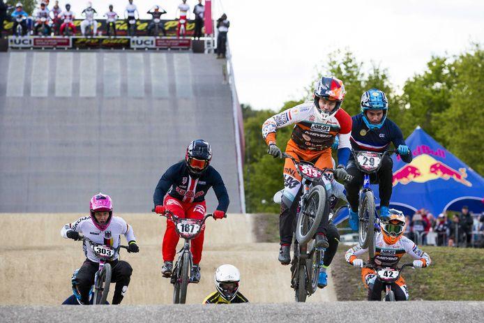 Niek Kimmann (313) en Jay Schippers (42) in actie tijdens de finale van de World Cup BMX op Sportcentrum Papendal vorig jaar.