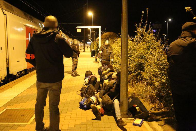 De transmigranten werden opgewacht aan het treinstation.