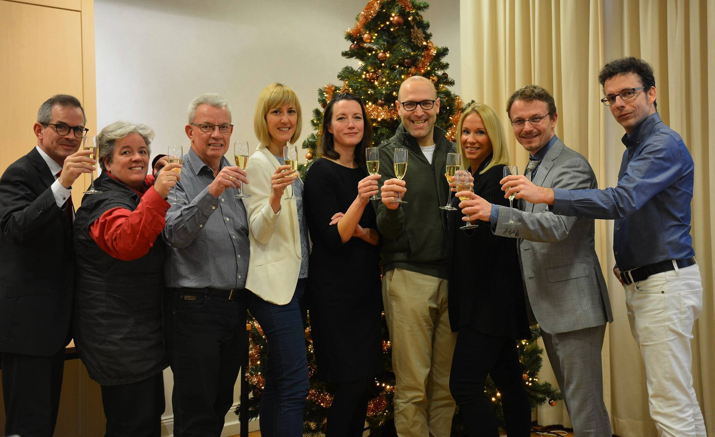 Het Katholiek Nieuwsblad wenst eerste kerstdag 2017 zijn lezers een gezegend kerstfeest. Directeur Patricia Kager (midden) en hoofdredacteur Anton de Wit hadden op dat moment een relatie, die een maand later tot hun heenzenden leidde.