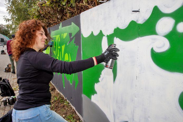 De muren bij tennisvereniging de Doornakkers worden voorzien van graffiti in de clubkleuren.