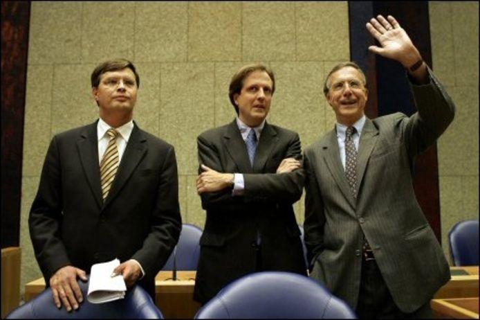 Minister Alexander Pechtold en Laurens Jan Brinkhorst zeggen donderdagavond de Kamer gedag. ANP PHOTO ROBERT VOS