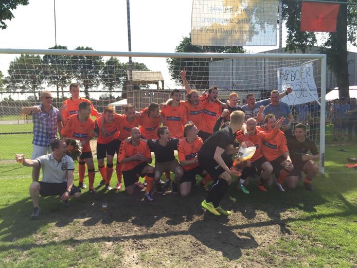 De spelers van Excellent vieren de promotie naar de derde klasse.