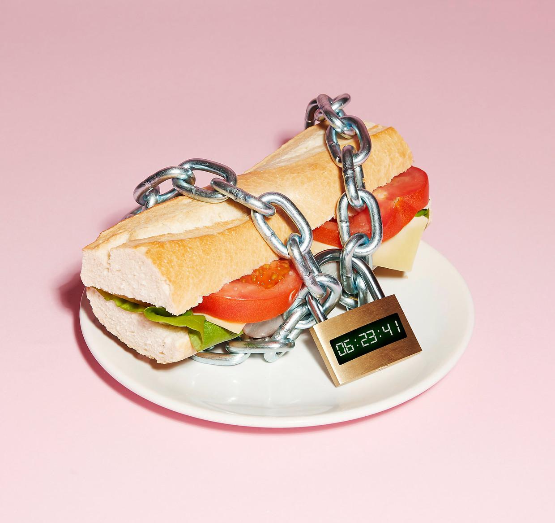 Er zijn al veel variaties op het thema, bijvoorbeeld: elke maand minstens twee etmalen helemaal niets of heel beperkt eten. Dat laatste is recentelijk populair geworden onder de naam 'fasting-mimicking diet'.