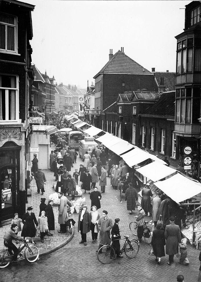 De Hommelse Weekmarkt op de Hommelseweg, ergens in de jaren vijftig van de vorige eeuw.