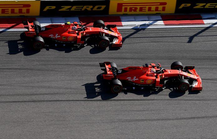 Ferrari-coureurs Charles Leclerc (boven) en Sebastian Vettel.