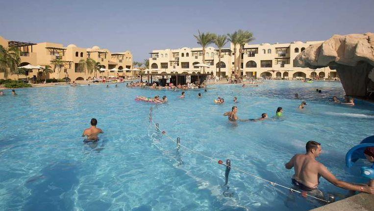 oeristen zoeken verkoeling in het zwembad van het Stella Makadi Beach resort aan de baai van Makadi. Vanwege de onrustige en instabiele situatie in het land krijgen Nederlandse toeristen het advies beter ook niet meer te reizen naar Egyptische resorts aan de Rode Zee en de Golf Beeld anp
