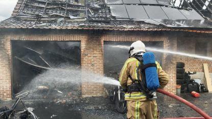 Motorwerkplaats brandt uit: zaakvoerder en klant bevangen door rook