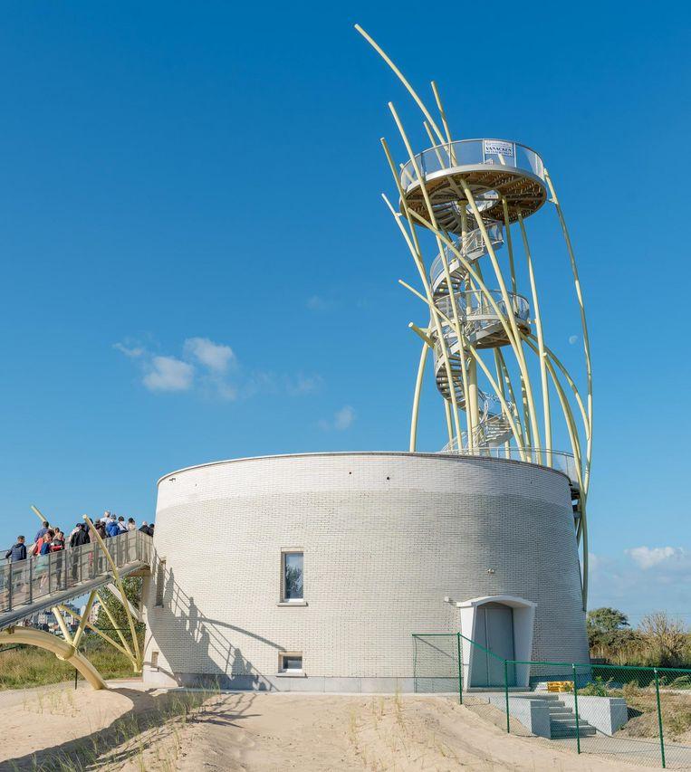 Enkele bezoekers maken zich klaar om de toren te beklimmen.
