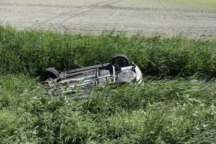 De bestuurster raakte gewond en is naar het ziekenhuis vervoerd.