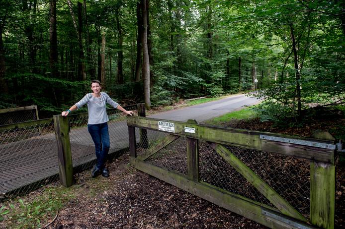 Eefje Meihuizen nav een oproep van LTO Noord om de hekken achter je te sluiten zodat er geen wilde zwijnen door lopen.