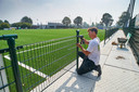 De laatste loodjes voor het nieuwe kunstgrasveld van FC de Rakt dat zaterdag in gebruik wordt genomen. Alleen de verlichting ontbreekt nog.