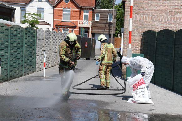 Een gespecialiseerde firma haalde asbestdeeltjes weg samen met de brandweer.