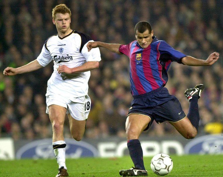 Riise in een eerder duel in Camp Nou, in 2002, in de achtervolging op Rivaldo.