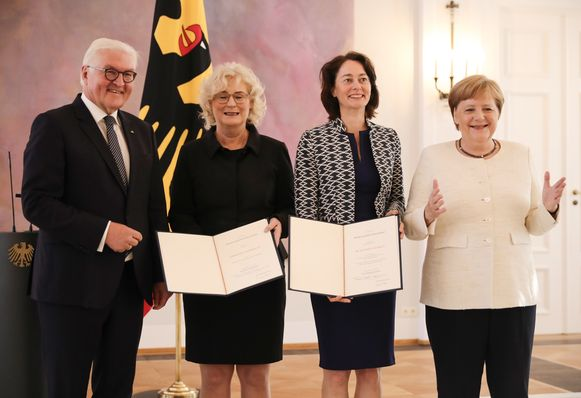 Angela Merkel met uittredend justitieminister Katarina Barley naast zich, haar opvolgster Christine Lambrecht (daarnaast) en president Frank-Walter Steinmeier.