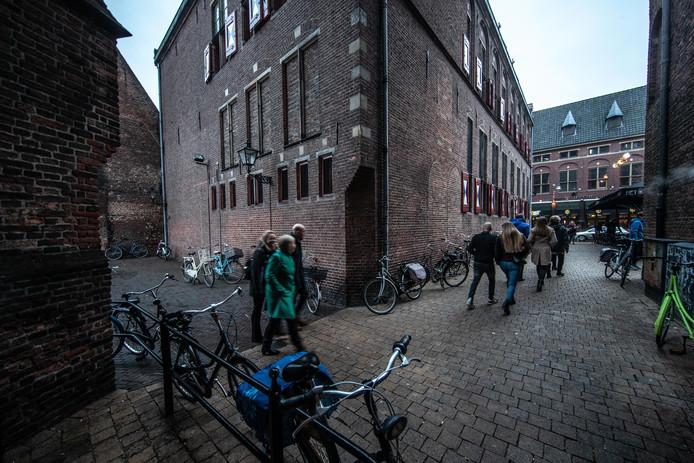 De Herman Broodsteeg is het steegje tussen de nieuwe Markt en het Bethlehemkerkplein.