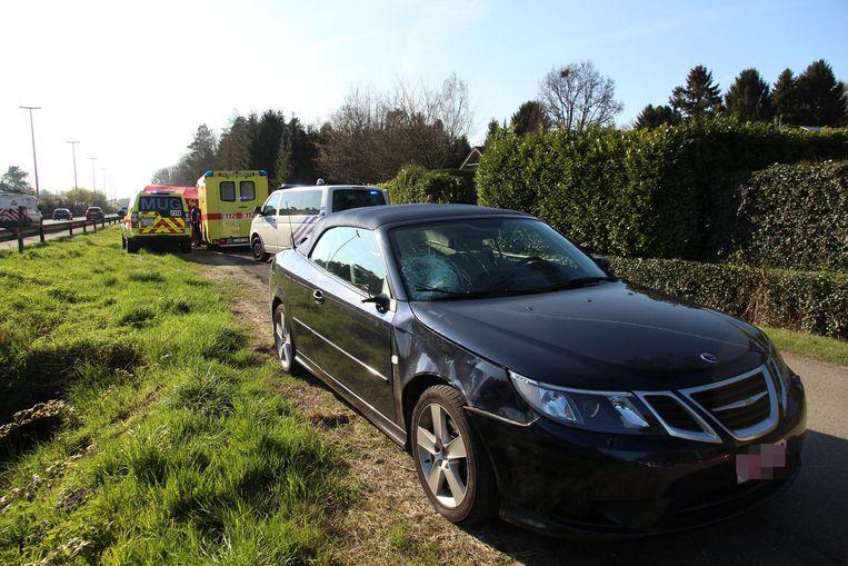 De voorruit van de Saab cabrio raakte beschadigd bij de aanrijding.