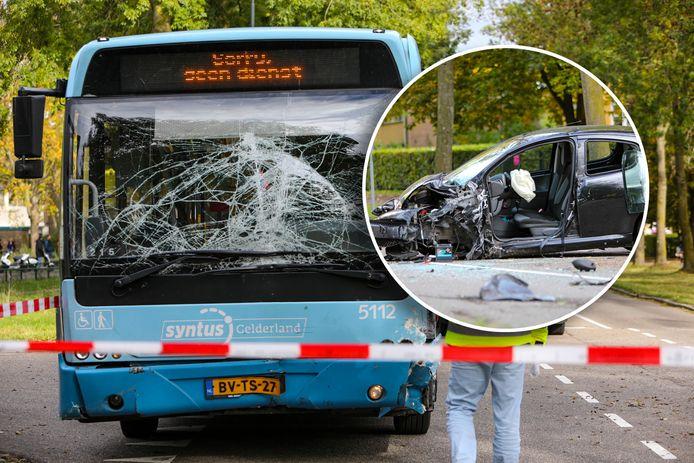 De bus is zwaar gehavend. Inzet: Ook de auto zit volledig in de prak.