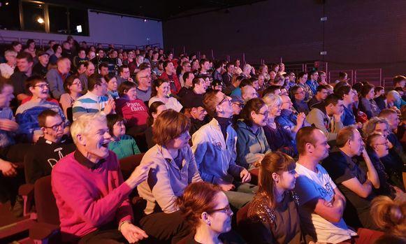 Een volle zaal lachende gezichten bij het optreden van Kapitein Winokio.