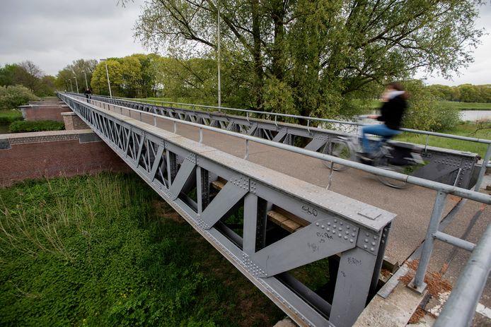 Voormalige spoorbruggen dienen nu als fietsbrug tuseen Waalwijk en Drunen.