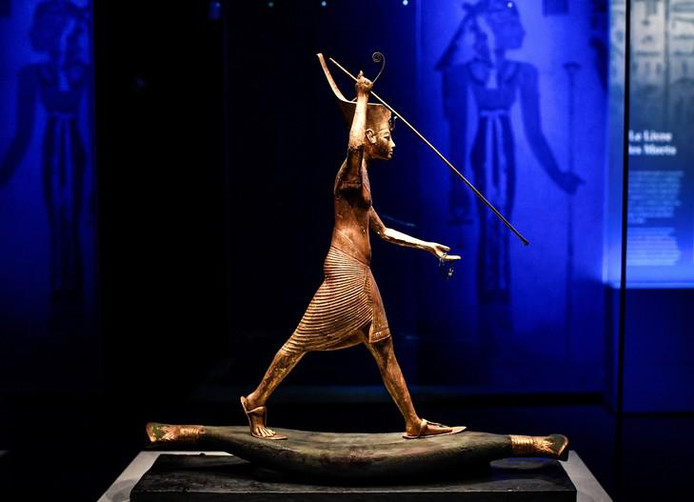 """Une statuette du pharaon Toutankhamon montrée lors de l'exposition """"Toutankhamon, le Trésor du Pharaon"""" à la Grande Halle de La Villette à Paris."""