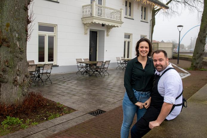 Gastvrouw Claudia Oro en chef-kok Martijn Kuik voor restaurant Sukerieje in Dalfsen.  Ze moeten zich nu behelpen met een minimale opslagruimte.