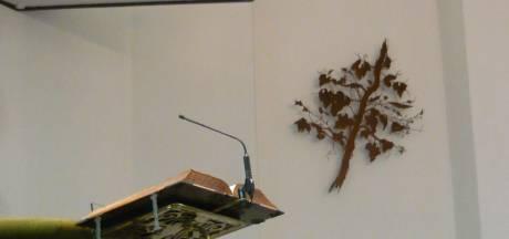 Moergestelnaar Bas Berkelmans hangt druivenrank in het Oisterwijkse Lodewijkskerkje
