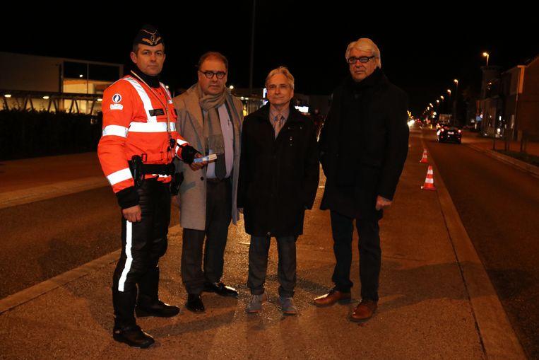 Waarnemend gouverneur Didier Detollenaere samen met Patrick Henninck (rechts) van het parket en korpschef Jurgen D'haene en burgemeester D'haese aan de controlepost.