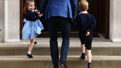 Zwaaiende prinses Charlotte steelt harten van publiek wanneer zij en prins George aankomen om broertje te bezoeken