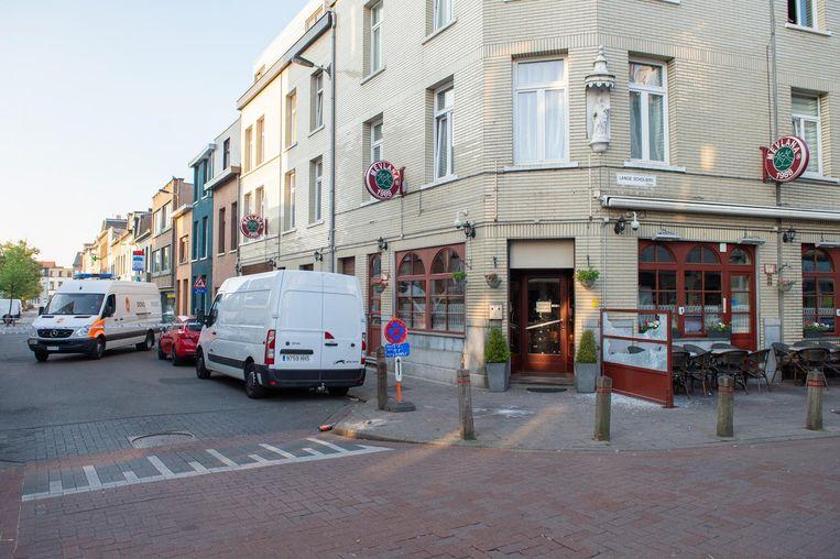 De Turkse pitazaak Mevlana op de hoek van de Lange Stuivenbergstraat en de Lange Scholiersstraat raakte door de impact beschadigd.