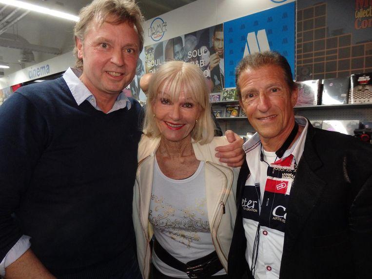 Wim Rijken (l) zong duetten met haar: 'Deze box is Connywaardig.' Naast hem good old Saskia & Serge Beeld Schuim