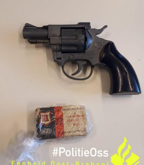 Vrouw vindt bij het opruimen een revolver met munitie in tas van schoonzoon in Oss