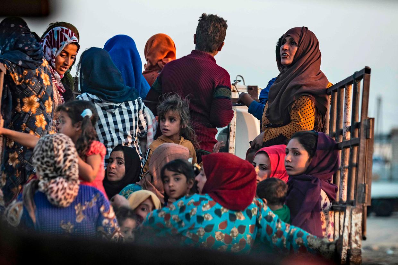 Burgers op de vlucht tijdens een Turkse luchtaanval op Ras al-Ain in Noordoost-Syrië.  Beeld Delil Souleiman / AFP