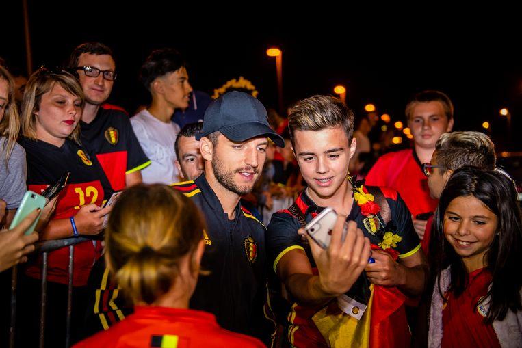 Dries Mertens gaat met fans op de foto.
