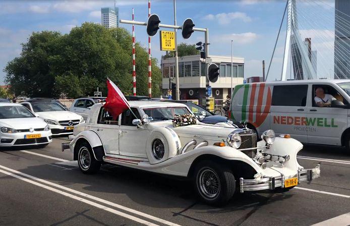 De trouwwagen van de stoet in Rotterdam waar later een agent werd neergeslagen