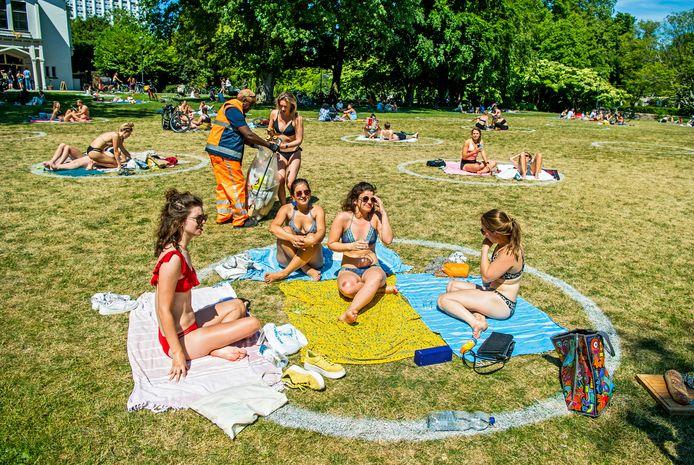 In Rotterdam zijn de recreatievakken op Hemelvaartsdag in gebruik genomen, zoals hier in het park bij de Euromast.
