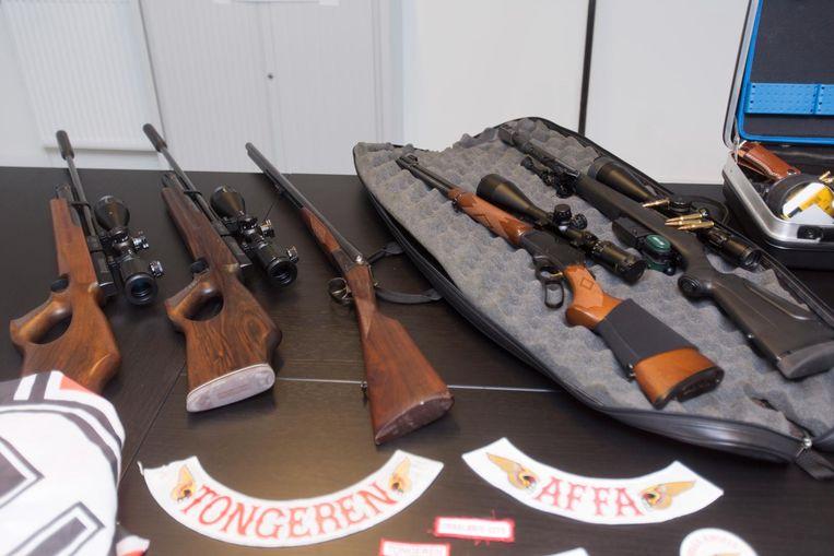 Een reeks vuurwapens, met munitie.