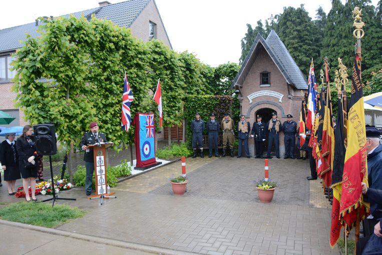 Aan de Heimolenkapel werd zaterdag een nieuw monument onthuld. De zeven omgekomen bemanningsleden van de bommenwerper werden voor deze gelegenheid vertegenwoordigd door acteurs in de originele kledij.