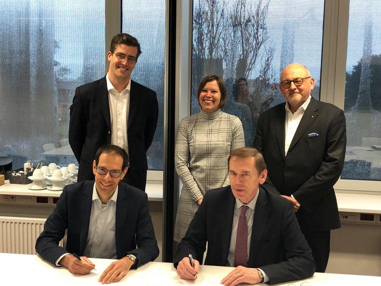 Burgemeester Luc Dupont (CD&V) en Naftali Gefen, Regional Director van Belgian Fuel Card NV, tekenen het contract voor de verhuis naar TIO3.
