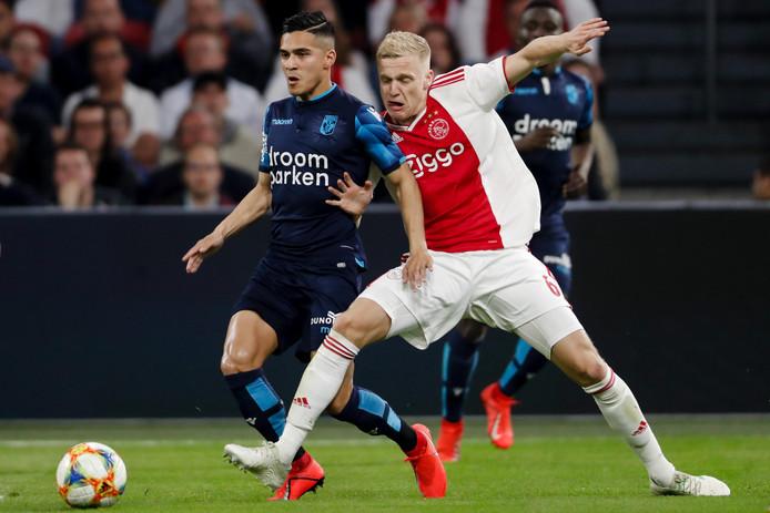 Navarone Foor vecht voor Vitesse om de bal met Donny van de Beek van Ajax.