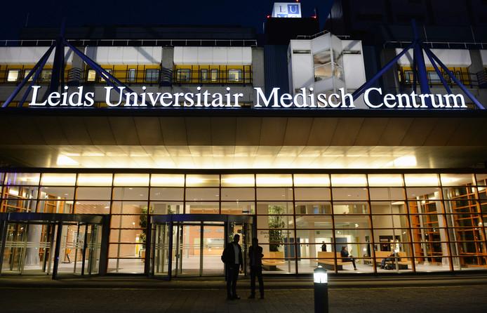 De arts wordt behandeld in het LUMC in Leiden. Hij ligt 'in strikte isolatie'.