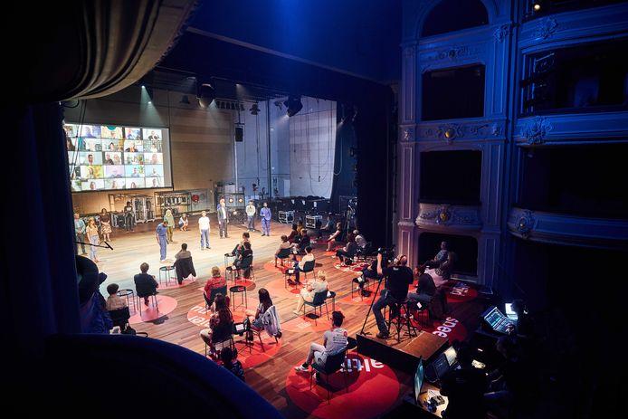 In de zaal van de Koninklijke Schouwburg speelde Het Nationale Theater in juni een korte voorstelling. Er is door de coronamaatregelen veel minder plek voor publiek.