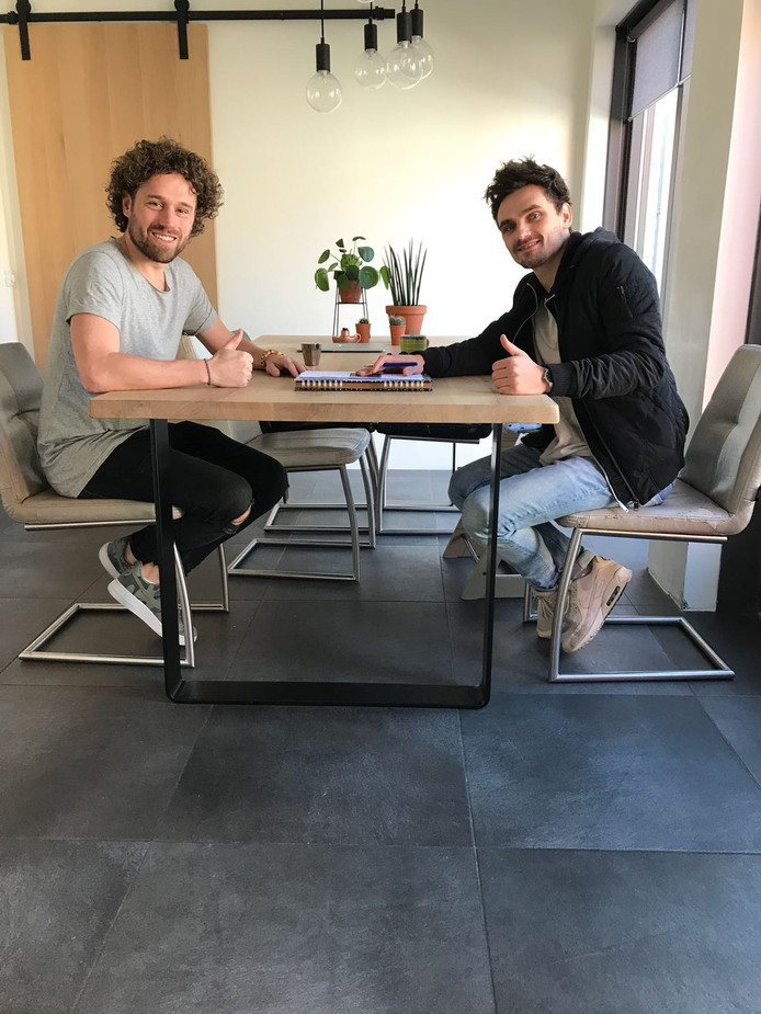 Jesper Hesseling (l) en Art Felixx tekenen de platendeal.