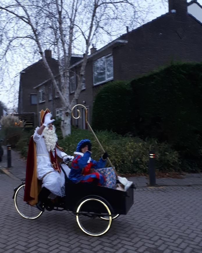 Sinterklaas kwam met Piet in zijn bak Al fietsend met pak en zak Op het Auris Taalplein  werd hij welkom geheten En hij was onze kinderen niet vergeten. Zijn bezoek aan  onze Goudse school Bracht bij de kinderen veel lol Tot volgend jaar Sinterklaas  We moeten  weer een jaar wachten helaas