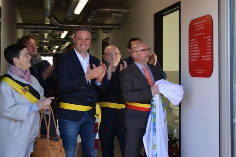 De officiële inhuldiging van het nieuwe jeugdontmoetingscentrum gebeurde door het voltallige college van burgemeester en schepenen van Erpe-Mere.