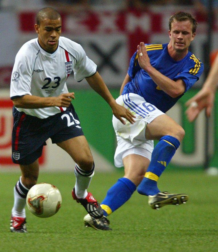 Kieron Dyer (l.) namens Engeland in actie tegen Zweden. Beeld